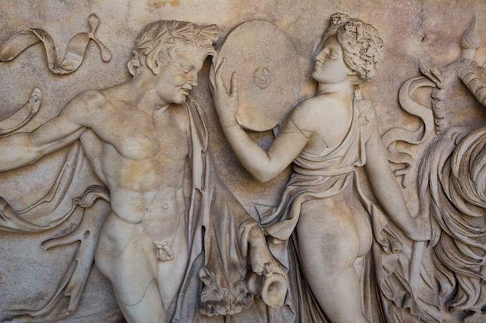Steinbild mit Mann mit kleinem Penis