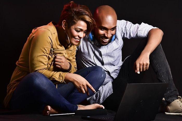Paar vor dem Laptop
